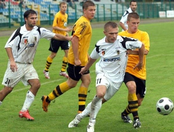 Piłkarze Stali Stalowa Wola (z piłką Krzysztof Trela, pierwszy z lewej Igor Migalewski) przegrali z GKS Katowice na własnym stadionie 1:2.