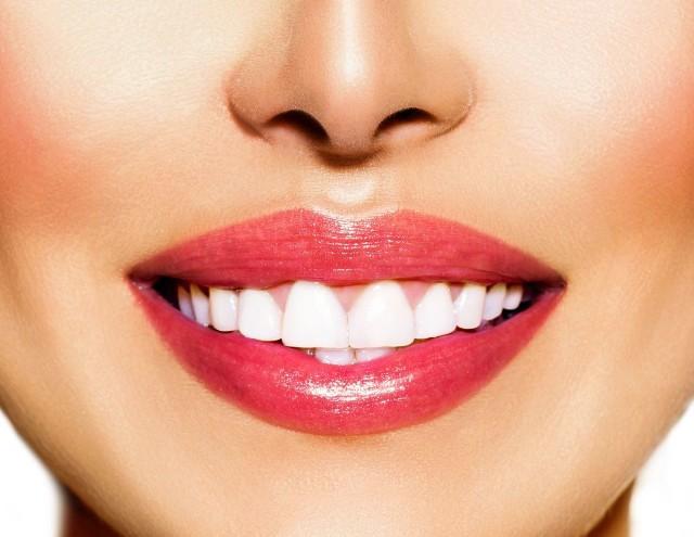 Zamiast wielomiesięcznej terapii aparatem, można wybrać rozwiązania, dzięki którym proces równania uśmiechu jest szybki.
