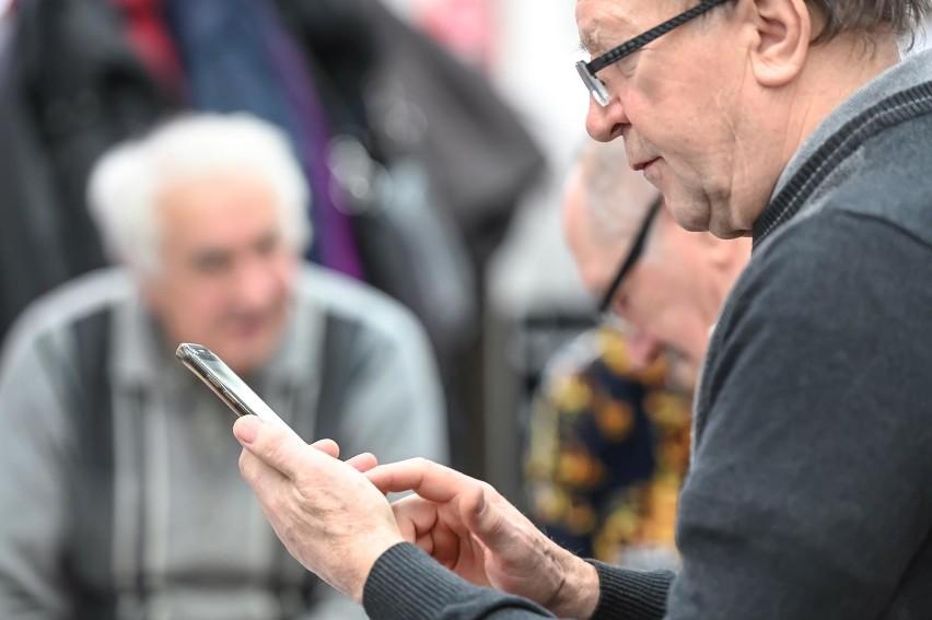 73 proc. internautów do korzystania z sieci używa urządzenia...