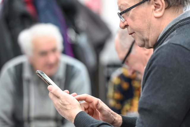 73 proc. internautów do korzystania z sieci używa urządzenia mobilne, najczęściej smartfony.