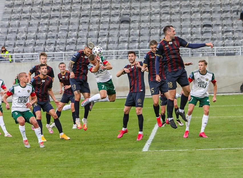 Mecz Pogoń - Jagiellonia przełożony przez koronawirusa po wykryciu 30 zakażeń wśród zawodników i sztabu.