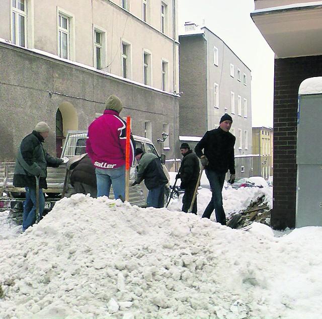 Mieszkańcy odkopują zasypane auta.