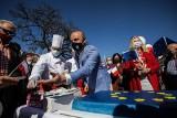 Dzień Europy na rzeszowskim Rynku. Konrad Fijłoek, kandydat na prezydenta Rzeszowa, kroił wielki tort [ZDJĘCIA]