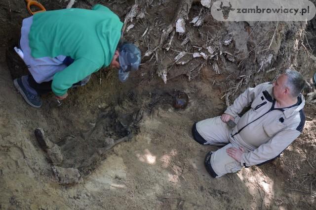 W pracach wziął udział Adam Falis, archeolog (z prawej)