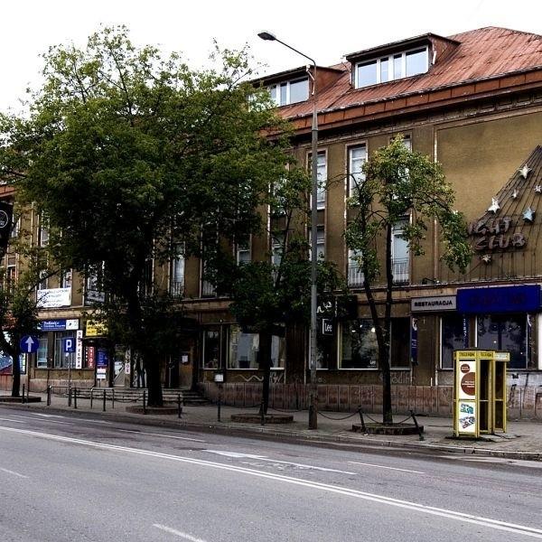 Budynek odbudowany po wojnie w zmienionej formie mieścił kino Studio oraz popularny KMPiK. Kina już nie ma, EMPiK pozostał.