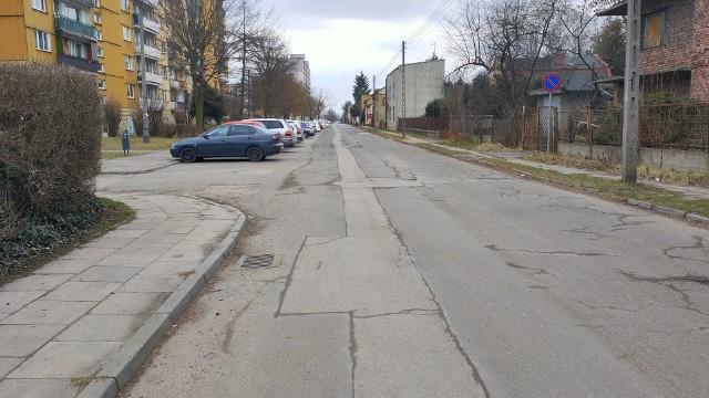 Dziurawa i połatana pasami asfaltu ulica Ogrodowa czeka na generalny remont Zobacz kolejne zdjęcia/plansze. Przesuwaj zdjęcia w prawo - naciśnij strzałkę lub przycisk NASTĘPNE