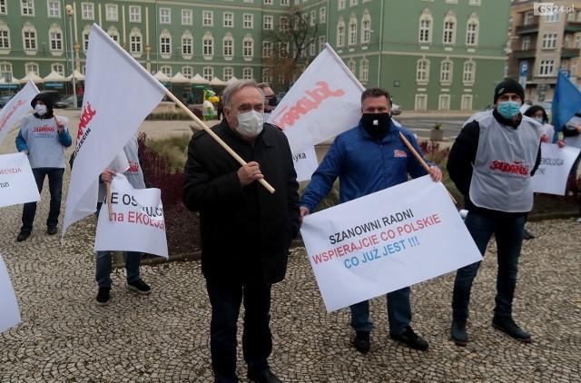 Kilkadziesiąt osób wzięło udział protestowało w listopadzie przeciwko pomysłowi przystąpienia Szczecina do spółki, która ma zmodernizować ciepłownię przy ulicy Dąbskiej