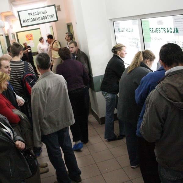 Pacjenci, którzy przyszli wcześniej  zajęli kilka miejsc siedzących. Pozostali z białymi kartkami w dłoni, podpierali ściany, czekając na swoją kolej...