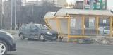 Senior staranował wiatę na parkingu pod Auchan w Łodzi. Koszmarna stłuczka pod Tulipanem przy al. Piłsudskiego ZDJĘCIA