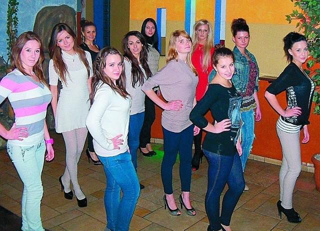 Kandydatki do tytułu ostro trenują przed finałem powiatowym konkursu piękności.