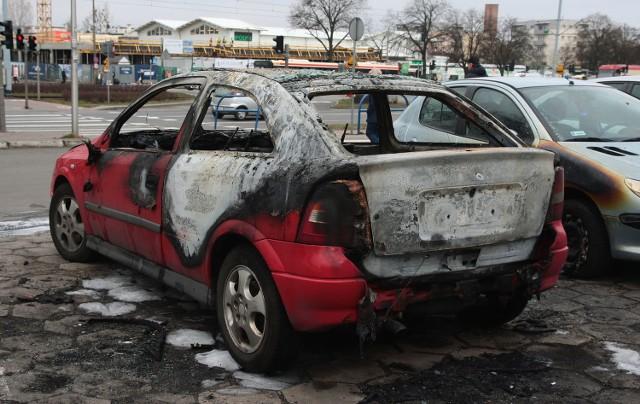 Spalone auto na ulicy Chłopskiej w Gdańsku