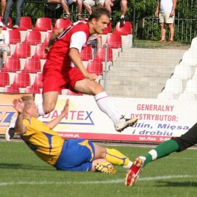 Mariusz Siara (z lewej) strzelił dla ŁKS-u Browar Łomża dwie bramki i biało-czerwoni sięgnęli po trzy punkty w meczu ze Stalą Poniatowa wygrywając 2:1
