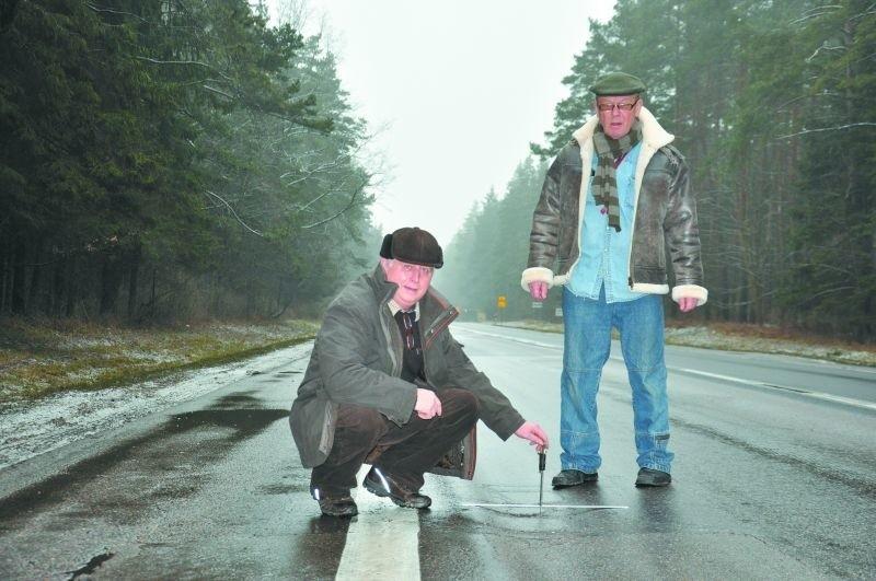 – Jazdą tą drogą, to igranie ze śmiercią. Niektóre wgłębienia mają nawet po 8 centymetrów – mówią Jerzy Ząbkiewicz (z lewej) i Michał Mackiewicz.