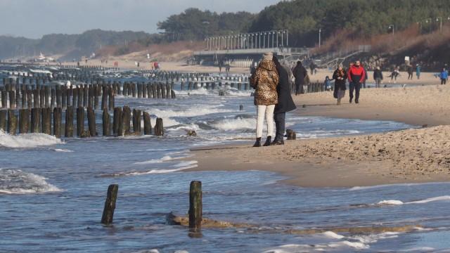 Poniemieckie falochrony z plaży w Mielnie usunie za 21 mln zł firma Hydrobud z Ustronia Morskiego
