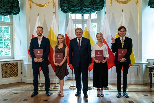 Tadeusz Truskolaski, prezydent Białegostoku, wręczył stypendia artystyczne młodym twórcom