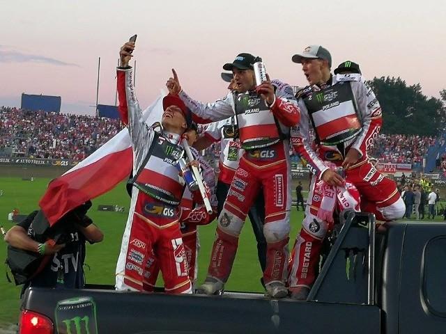 Żużlowa reprezentacja Polski obroniła tytuł mistrzów świata! Biało - czerwoni nie dali najmniejszych szans rywalom w Lesznie.