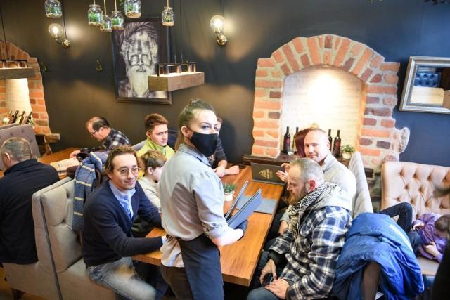 Właściciele pubów, barów i restauracji w całej Polsce mają dość obostrzeń. Lokale zaczynają przyjmować gości.