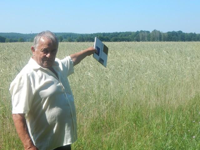- Planowana ferma norek ma powstać około kilometr od wioski - pokazuje sołtys Marian Kopczyński.