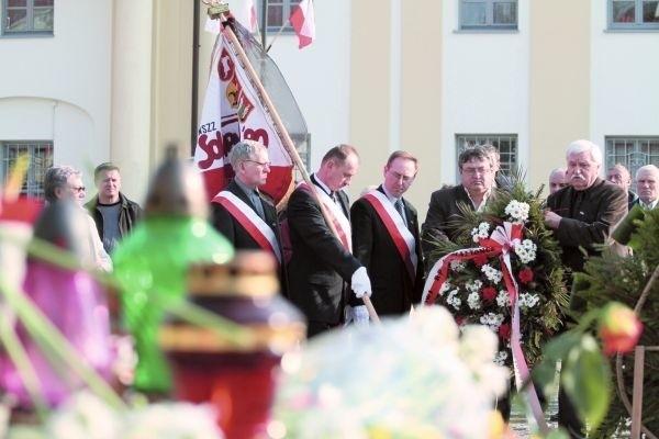 Przedstawiciele Solidarności 80 w zadumie oddają hołd ofiarom katastrofy pod Smoleńskiem