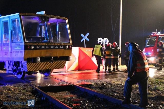 Zgłoszenie o tragicznym wypadku na drodze krajowej nr 63 wpłynęło do podlaskich strażaków o godz. 18:40.Zdjęcia udostępnione dzięki uprzejmości portalu mylomza.pl: Trzy osoby zginęły na przejeździe kolejowym [VIDEO i FOTO]