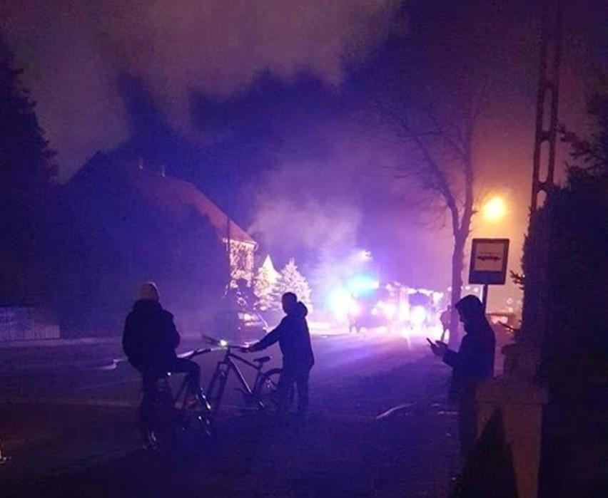 Pożar stodoły w Dylakach koło Ozimka. Na miejscu siedem zastępów strażaków