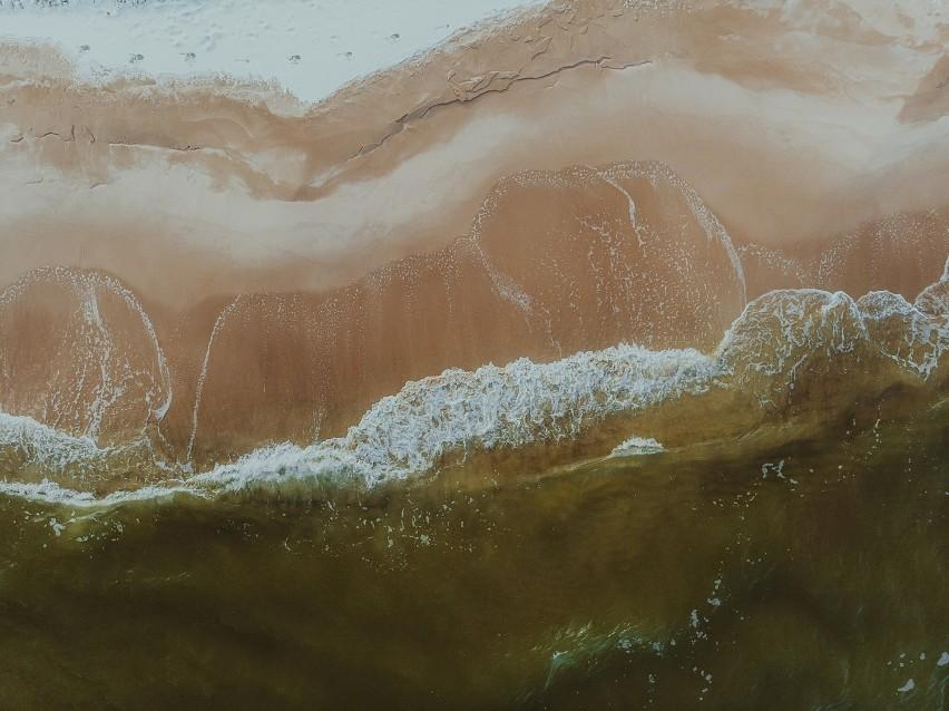 Bałtyckie plaże zasypane śniegiem, a brzeg Zatoki Puckiej skuty lodem! Zima na Półwyspie Helskim. Zobaczcie to na zdjęciach z lotu ptaka!