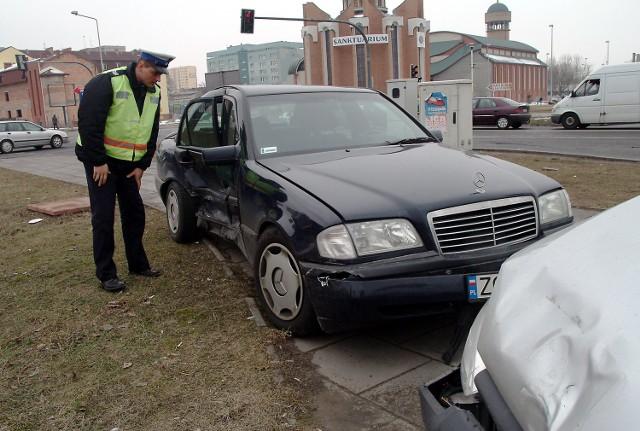 15 marca 2005. Kierowca mercedesa skręcając w lewo, w ulicę Łubinową wymusił pierwszeństwo na kierowcy opla. Nieostrożność mógł przypłacić życiem.