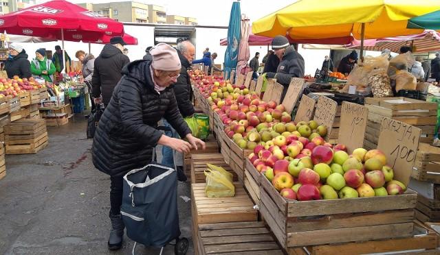 Jeszcze 2 lata temu w grudniu na straganach można było kupić jabłka za 1-2 zł za kilogram. Dla rolników była to jednak dramatyczna sytuacja, kiedy skupy oferowały im kilkanaście groszy.