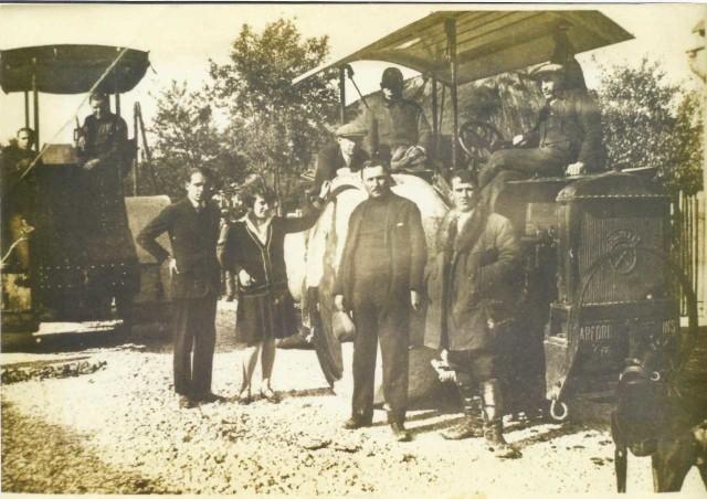Droga przez Zabierzów przed wojną była żwirowa. W 1937 r. kładziono pierwszy asfalt, a ludzie fotografowali się przy maszynach