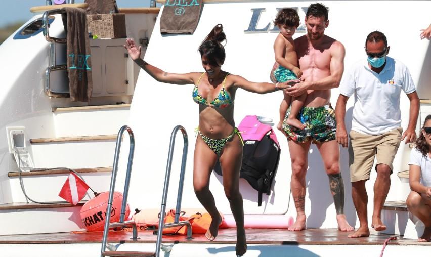 Lionel Messi i Luis Suarez tworzą zgrany duet nie tylko na boisku. Argentyńczyk i Urugwajczyk (nie po raz pierwszy zresztą) spędzają ze sobą również wakacje. Tym razem na Ibizie, a konkretnie na krążącym wokół wyspy luksusowym jachcie. Jak widać na zdjęciach piłkarze i ich piękne żony (Antonella Roccuzzo i Sofia Balbi) bawią się świetnie. Sami zresztą zobaczcie.Zobacz kolejne zdjęcia. Przesuwaj zdjęcia w prawo - naciśnij strzałkę lub przycisk NASTĘPNE