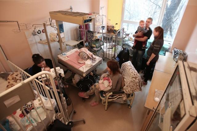 Rodzice małych pacjentów mówią, że warunki w klinice są spartańskie. Czekają na koniec remontu