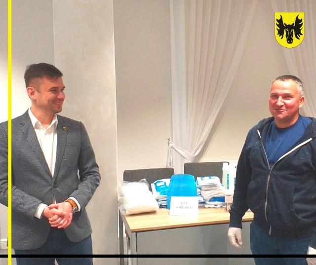 W piątek (10 kwietnia) burmistrz Wasilkowa Adrian Łuckiewicz przekazał strażakom ochotnikom z trzech jednostek OSP środki ochrony indywidualnej.
