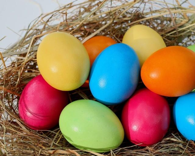 Każdy kolor pisanki ma inne znaczenie. Warto znać symbolikę koloru jajek wielkanocnych... a może przyniesie nam to miłość, dostatek i szczęście?