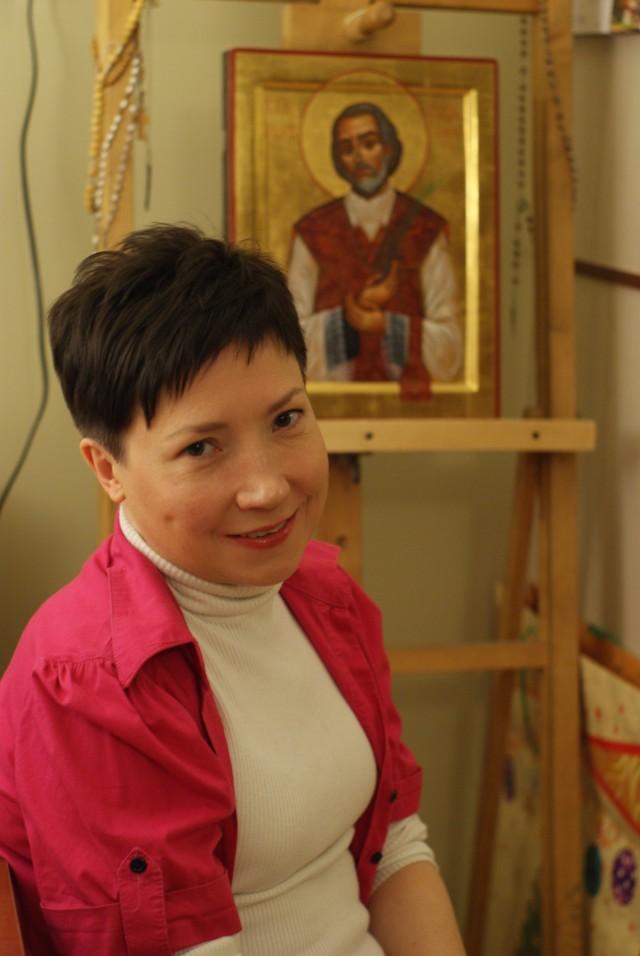 Marta Chrzan przy jednej ze swoich ikon