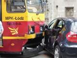 Wypadek na Piotrkowskiej. Zawracał i zderzył się z tramwajem [zdjęcia]