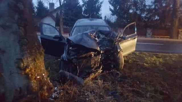 W środę, 26 grudnia po godz. 6 rano w Wielkopolsce doszło do kolejnego wypadku. W miejscowości Jaskółki w powiecie ostrowskim samochód osobowy marki BMW uderzył w drzewo. Do szpitala odwieziono trzech młodych mężczyzn. Zobacz więcej ----->