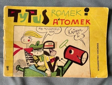 """Komiks """"Tytus, Romek i A'Tomek"""" Nawet 1250 zł za blisko 55-letni komiks - tyle życzy sobie ogłoszeniodawca za II księgę pierwszego wydania komiksu. Inne księgi osiągają podobne ceny. Komiksy wydawane były od 1957 roku. Jest to zatem najdłużej ukazująca się seria komiksowa w Polsce. Jej autora nikomu nie trzeba przedstawiać - to Henryk Jerzy Chmielewski, czyli Papcio Chmiel, powstaniec warszawski oraz kawaler Orła Białego. Autor dożył blisko 100 lat. Zmarł w styczniu 2021 roku. Czytaj dalej. Przesuwaj zdjęcia w prawo - naciśnij strzałkę lub przycisk NASTĘPNEPOLECAMY TAKŻE:Meble z PRL-u poszukiwane przez kolekcjonerów. Dziś kosztują majątek! Macie je w domu? Możecie sporo zarobić. Oto cenyTe zabawki i rzeczy z PRL-u dziś są warte fortunę!"""