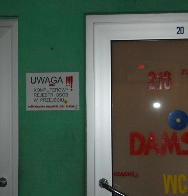 W toaletach na dworcu PKS zamontowano elektroniczny licznik - każde wejście jest zapisywane. - Jeśli ktoś nie zapłaci, to my musimy wyłożyć to z własnej kieszeni. Żeby nie mieć manka - mówią pracownice szaletu.