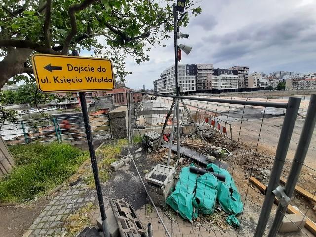 Przejście dla pieszych przez mosty Pomorskie zostało zlikwidowane, chociaż miasto obiecywało, że podczas remontu piesi będą mogli tamtędy przechodzić
