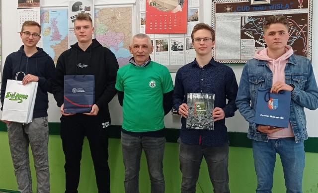 Wyróżnieni uczniowie: Mateusz Fila, Adam Kwaśnik, Mateusz Kacperczyk, Igor Ochocki i Jacek Malicki, nauczyciel historii.