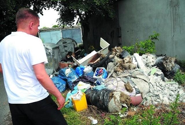 Wystarczyły dwa tygodnie, aby nieznani sprawcy stworzyli wysypisko śmieci. Za wywóz gruzowiska zapłaci spółdzielnia, czyli lokatorzy.