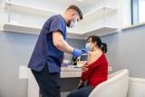 500 plus szczepionka. Ruszyły szczepienia na COVID-19 w zakładach pracy. Firmy zachęcają pracowników oferując premie i płatne dni wolne