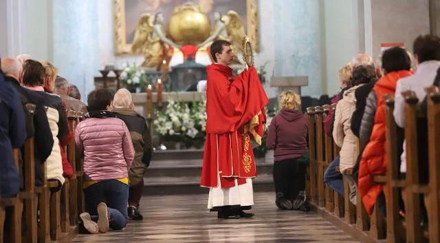 Na zakończenie Eucharystii było specjalne błogosławieństwo relikwiami Drzewa Krzyża Świętego.