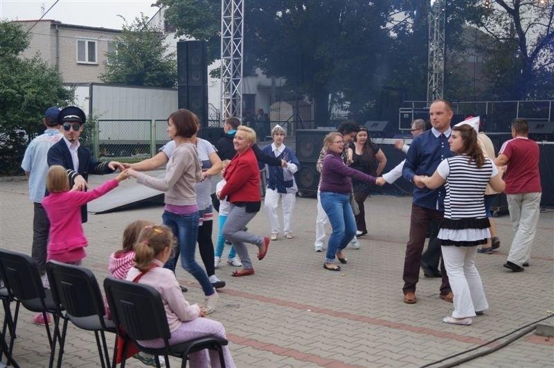 Wcześniej na scenie wystąpili podopieczni Środowiskowych Domów Samopomocy z Makowa Mazowieckiego, Przasnysza, Mławy, Myszyńca, Ciechanowa, Serocka, Pułtuska. Obecni byli na widowni podopieczni  ŚDS ze Strzegowa. Odbył się także występ kabaretu Mimello i pokaz tańca na wózkach inwalidzkich.