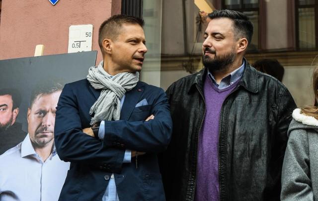 Marek i Tomasz Sekielscy podczas odsłaniania bydgoskich autografów