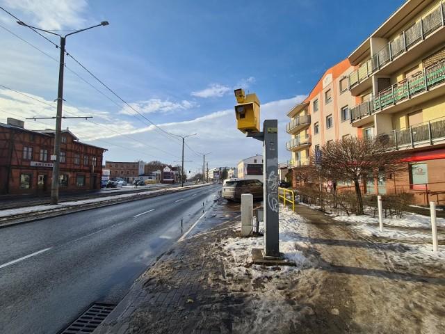 W Kujawsko-Pomorskiem znajduje się w sumie 19 fotoradarów - 16 punktowych, które mierzą prędkość, oraz 3, które sprawdzają, czy przejechaliśmy na czerwonym świetle. Warto znać ich lokalizacje, aby uniknąć mandatu. Sprawdźcie, gdzie spuścić nogę z gazu, zarówno po to, aby oszczędzić pieniądze, jak i po to, aby zadbać o bezpieczeństwo swoje i innych. Przygotowaliśmy dla Was zestawienie wszystkich fotoradarów w Kujawsko-Pomorskiem. W tych miejscach warto zwolnić.