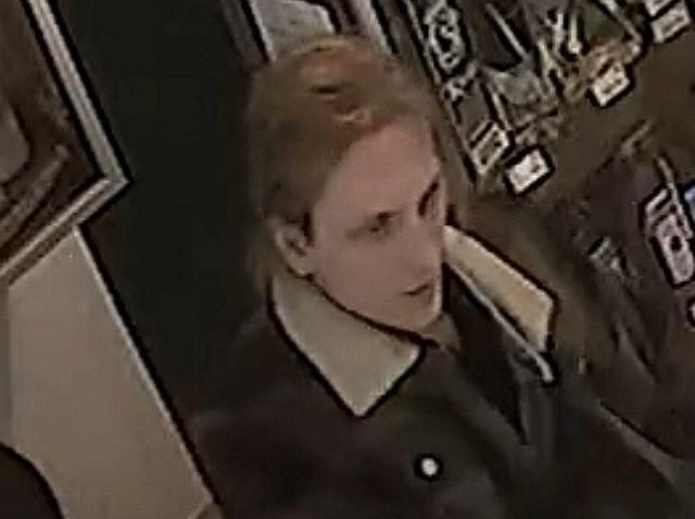 Mężczyzna jest poszukiwany za wybicie szyby w witrynie sklepu w Jastrzębiu. Policja prosi o informacje, które pozwolą ustalić jego tożsamość.