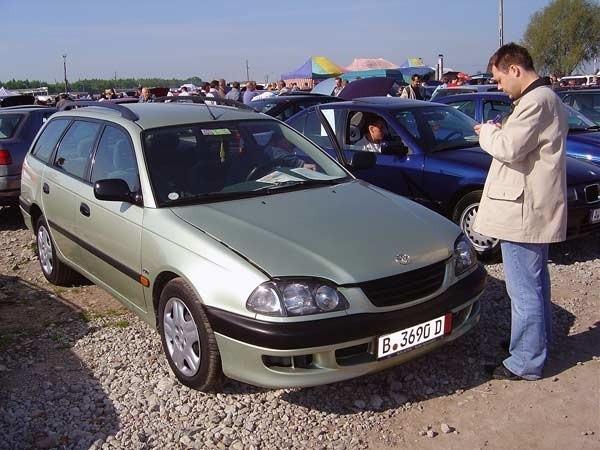 Toyota AvensisSilnik 2,0 Diesel, przebieg 164 tys. km. Rok produkcji 1999. Wyposazenie: Klimatyzacja, centralny zamek, wspomaganie kierownicy, elektrycznie sterowane szyby i lusterka, ABS, 4 poduszki powtrzne Cena 20800 zl.