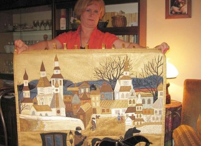 Alicja Socha ze swoją ulubioną pracą, podlaskim pejzażem