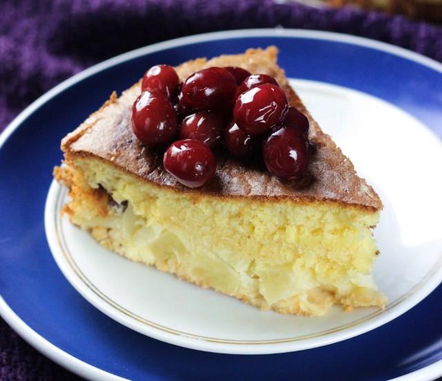 Szybkie biszkoptowe ciasto ananasowe z wiśniami. Zobaczcie przepis!